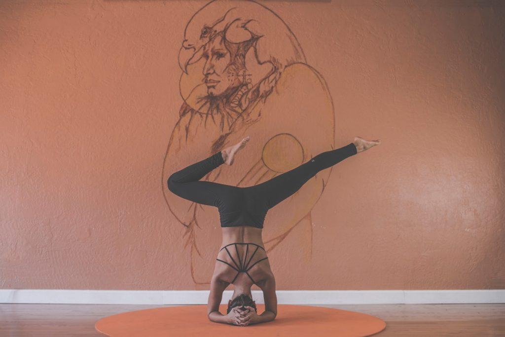 Ejercicios yoga en casa - Postura yoga avanzado - La Tienda Home