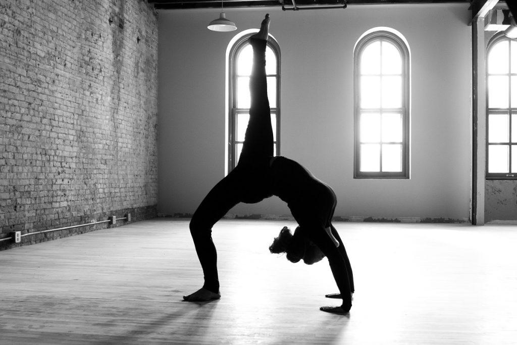 Ejercicios yoga en casa - postura avanzada - La Tienda Home