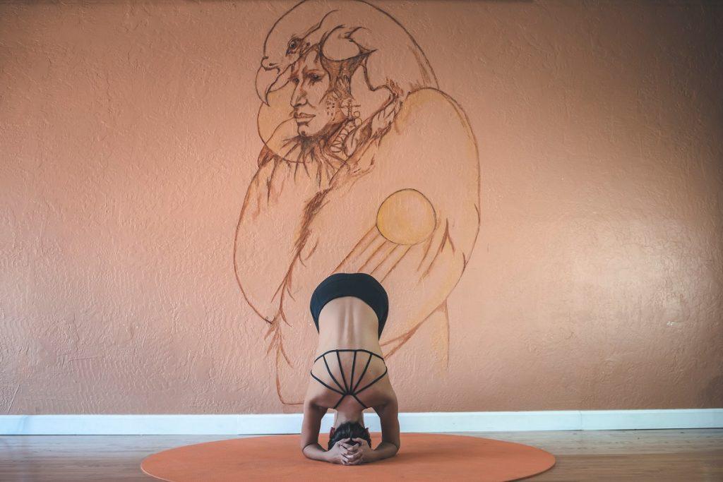 Ejercicios yoga en casa - postura - La Tienda Home