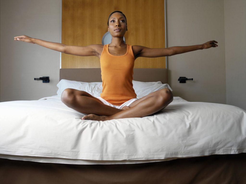 yoga-en-la-cama-estiramiento-tienda-home