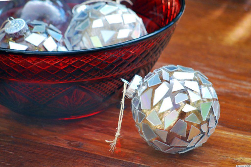 Bolas Navidad decoradas con CD reutilizados - La Tienda Home