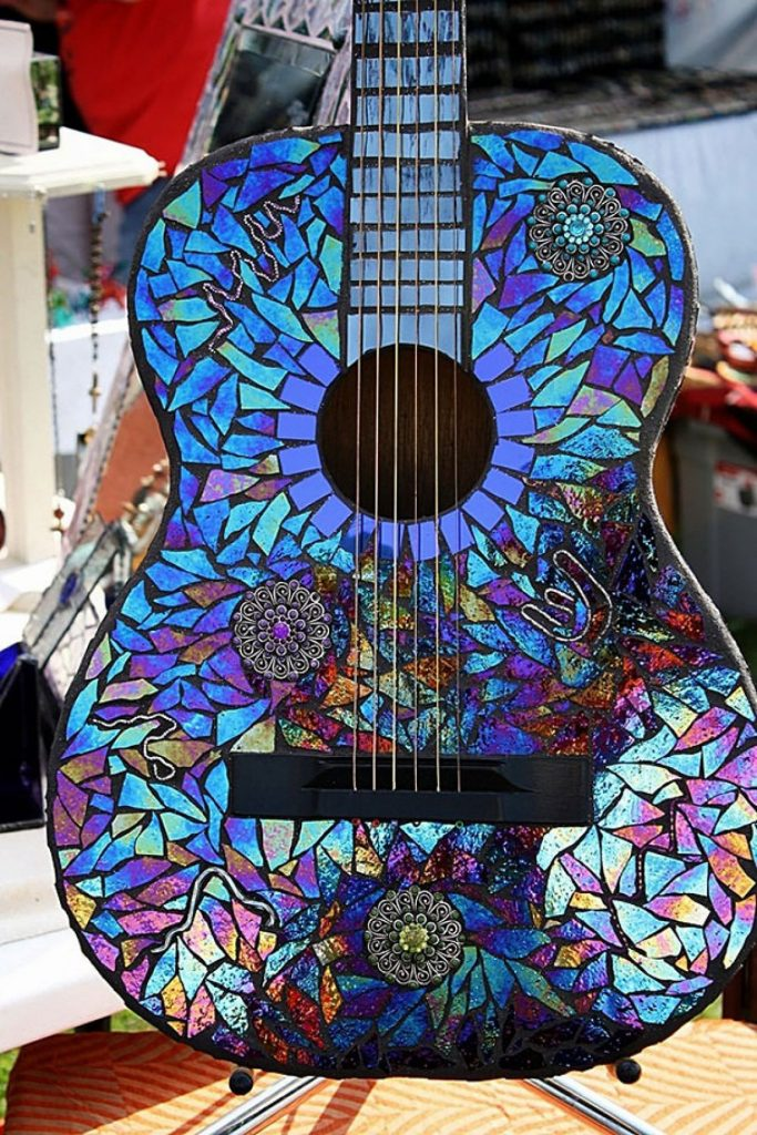 Guitarra decorada con CD reutilizados - La Tienda Home
