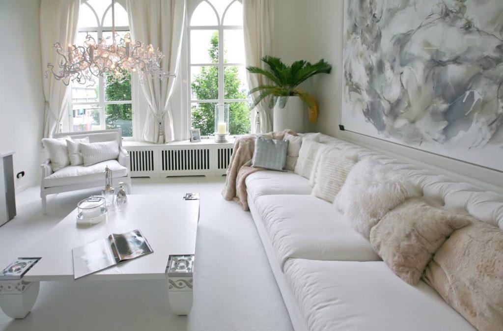 Decoración equilibrada - Paredes blancas y grandes ventanales - La Tienda Home