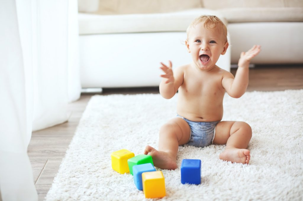 Bebé juega en la alfombra con los cubos - La Tienda Home